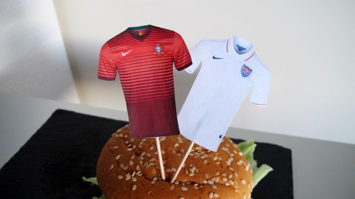 Trikot-Fähnchen der beiden Mannschaften in Burger gesteckt