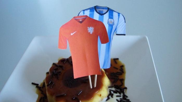 Trikot-Fähnchen der beiden Mannschaften auf holländischem Flan